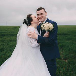Ростик, обираючи тебе як фотографа на наше весілля я не переживала, бо була впевнена що ти є професіонал своєї справи, веселий, цікавий і з тобою ніколи не буває скучно, і так весь день пройшов, все було просто чудово, дуже задоволені твоєю роботою, фотки шикарні!!! Дуже часто люди жаліються, що довго чекають фото, обіцяли в один час, а роблять на декілька місяців довше, ти відповідальний і не заставляєш довго чекати, пройшло декілька днів і фото готові) Ти чудовий як людина, так і фотограф) Бажаємо тобі завжди отримувати задоволення від того, що ти робиш!!!